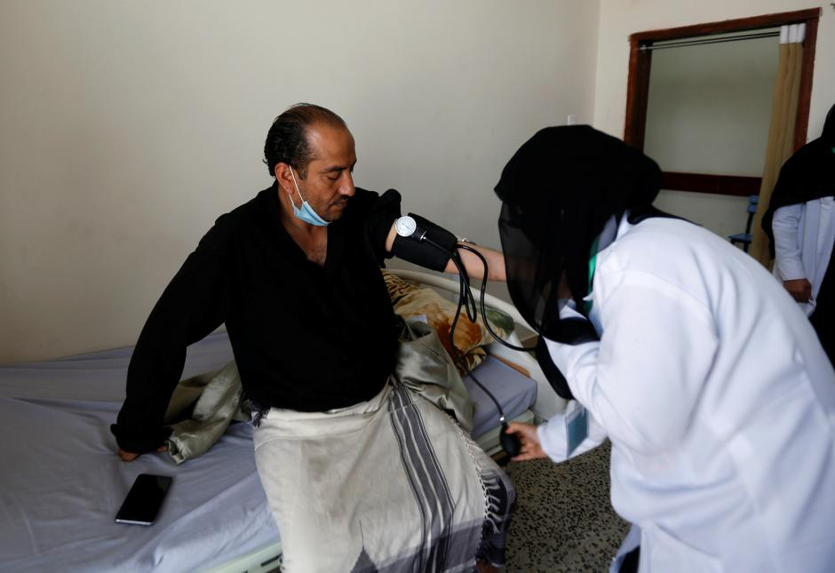 A volunteer nurse checks a patient at a charitable medical center which is offering free medical services to support those in need in Sanaa, Yemen February 26, 2018. REUTERS/Khaled Abdullah