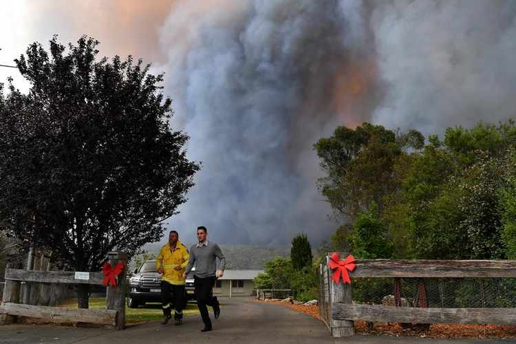 Rural Fire Service (RFS) crews engage in property protection of a number of homes along the Old Hume Highway near the town of Tahmoor as the Green Wattle Creek Fire threatens a number of communities in the southwest of Sydney, Australia, December 19, 2019. AAP Image/Dean Lewins/via REUTERS ATTENTION EDITORS - THIS IMAGE HAS BEEN SUPPLIED BY A THIRD PARTY. NO RESALES. NO ARCHIVES. AUSTRALIA OUT. NEW ZEALAND OUT. - RC24YD9K3BXO