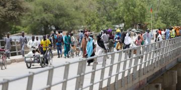People cross a bridge linking Cameroon and Nigeria at Gamboru/Ngala in Borno, Nigeria April 27, 2017. REUTERS/Afolabi Sotunde - RC11875A3060