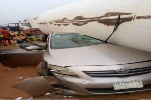 One dead as gas tanker falls on two cars on Lagos-Ibadan expressway