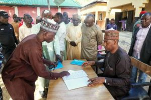 Governor Zulum holds impromptu tests for teachers in Baga